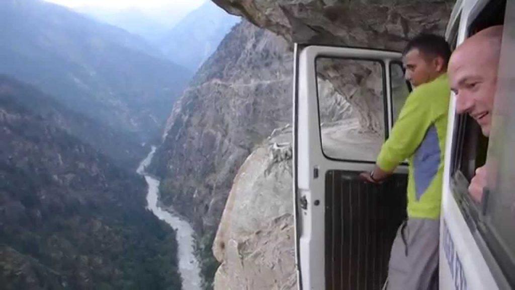Cel mai periculos drum din lume este în Himalaya