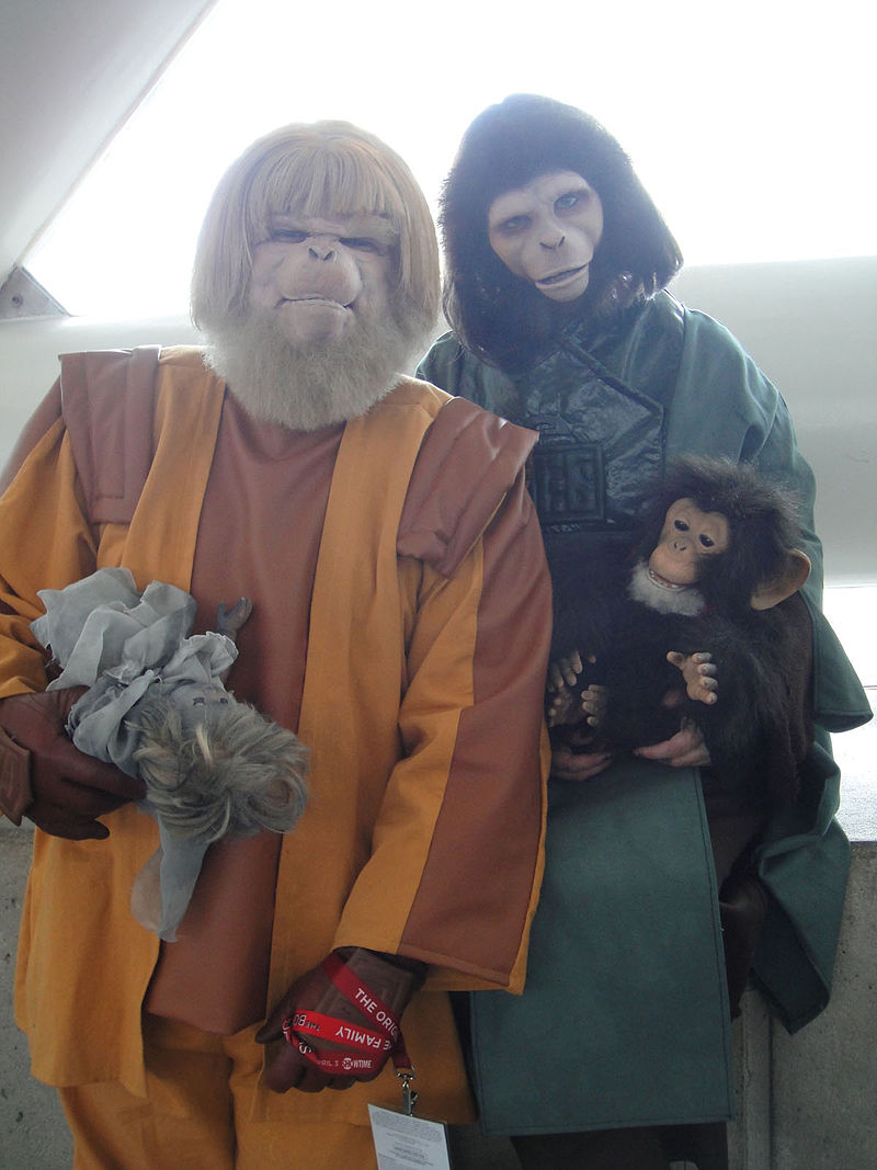 Sursa WonderCon 2011 - Planet of the Apes costumes (Dr Zaius and Dr Zira), Wikipedia.Autor The Conmunity - Pop Culture Geek.