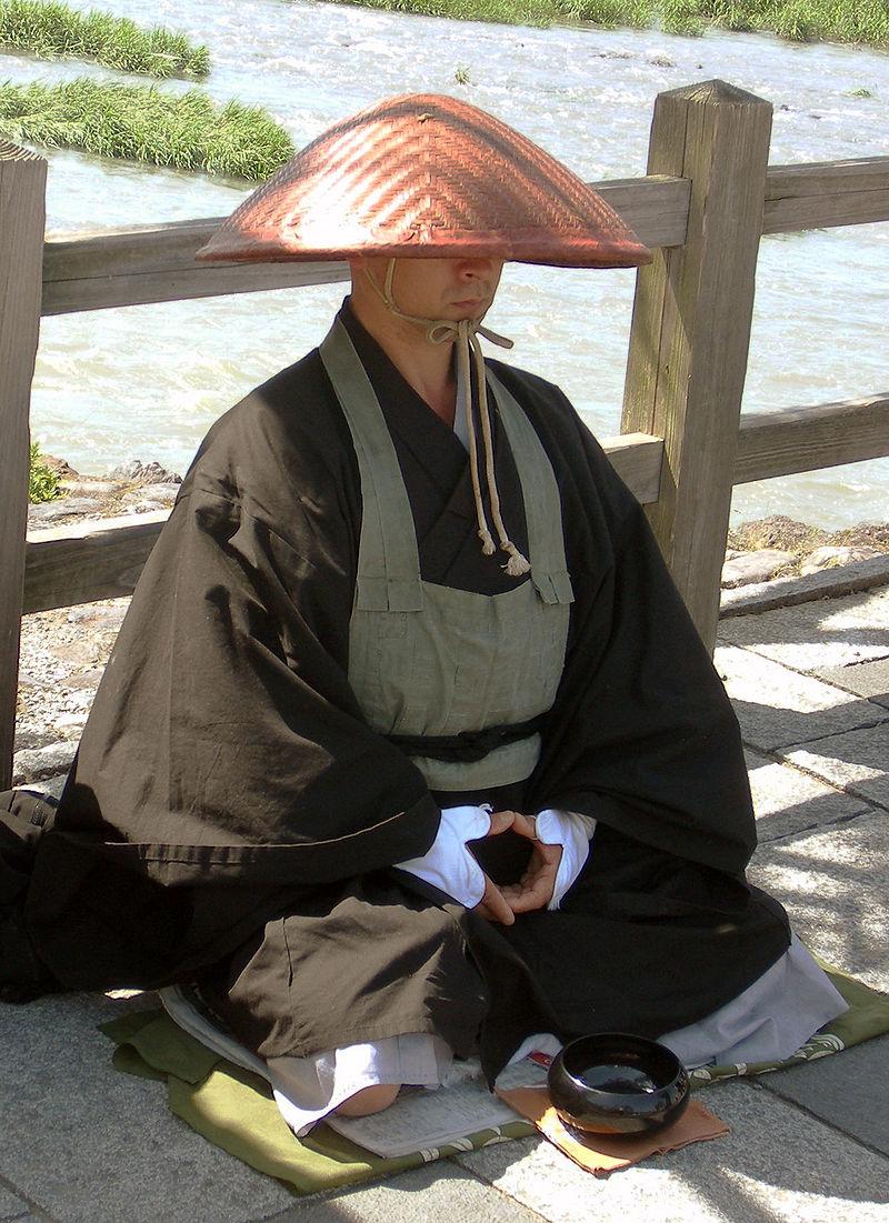 Budist japonez din secta zen Sōtō la Oigawa, Kyoto. Autor Marubatsu, sursă Wikipedia.